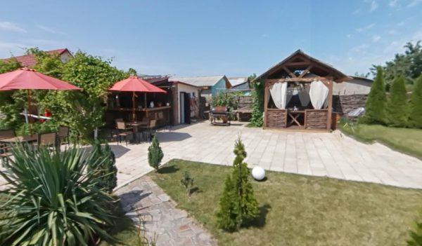 Территория отеля Blessvillage с беседками для мангала